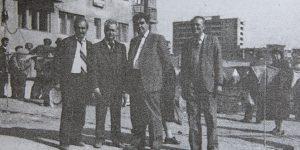 Inginerul Eugeniu Iordăchescu (al doilea de la stânga la dreapta) avându-l alături pe colegul său Stelian Popescu (primul de la stânga la dreapta) alături de oficiali ai vremii, la finalizarea mutării blocului H2 din Deva (în planul secund al imaginii)