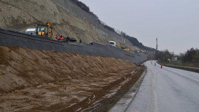 """Din această primăvară utilajele vor ocupa şi o bandă din DN 76 pentru a construi structura de sprijin a autostrăzii care trece prin """"coasta"""" unui deal greu de stabilizat (sursa foto: Asociaţia Pro Infrastructură/facebook)"""