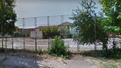 Mare parte din curtea generoasă a fostei Şcoli Generale Nr. 1 din Hunedoara ar fi trebuit să se afle deja în şantier, dar niciun constructor nu a fost interesat (până acum) de construirea unei creşe cu 4,2 milioane de lei (sursa foto: google street view)