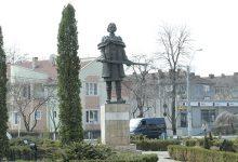 Actuala statuie a lui Ioan (Iancu) de Hunedoara este considerată total nepotrivită dată fiind importanţa pe care personajul înfăţişat a avut-o în istoria Transilvaniei şi nu numai