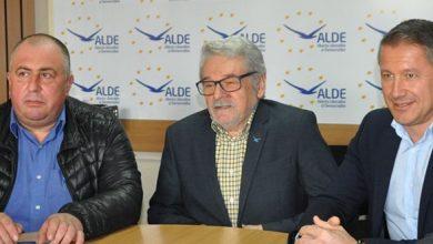 Mircea Ghilean (stânga) şi Ovidiu Furdui s-au declarat bucuroşi că sunt, din nou, în acelaşi partid cu Mircea Moloţ (în centrul imaginii)
