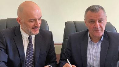 Florin Oancea şi Sorin Maxim (în stânga imaginii) au semnat ieri contracte de finanţare europeană pentru încă 4 proiecte implementate la Deva