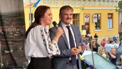 """Primarul Ovidiu Bălan, prezentând-o pe """"doamna ministru"""" Natalia Intotero pe scena """"Maialului Orăștian"""" în fața a numeroși alegători (SURSA FOTO: Facebook.com)"""