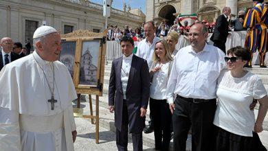 Maestrul Nagy Zsolt și soția sa (în dreapta imaginii) au trăit bucuria de a fi în apropierea Papei Francisc, la Vatican