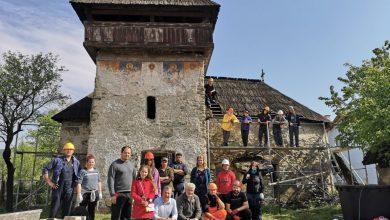 """Echipa """"Ambulanței pentru Monumente"""" salvează de la ruină și degradare capodopere ale patrimoniului cultural național. Fotografie din timpul lucrărilor la biserica din Baru Mare"""
