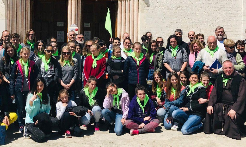 7 mai 2019. Părintele Böjte Csaba și copiii, la Assisi, la Bazilica Sfântului Francisc (Sursa foto: Facebook.com / Böjte Csaba)