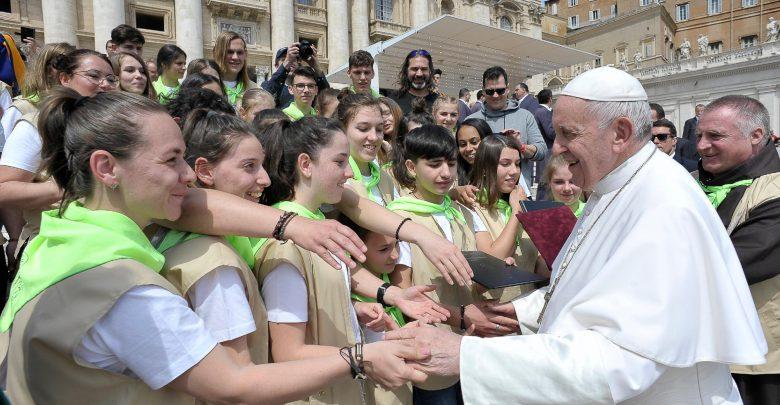 Papa Francisc a binecuvântat copiii veniți de la Deva împreună cu părintele Böjte Csaba (SURSA FOTO: Facebook.com / Böjte Csaba)