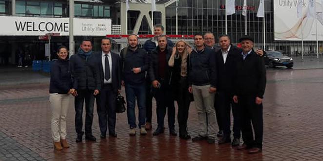 Primarul Dănuț Buhăescu și consiliera sa, Adriana Buhăescu, (în centru) împreună cu ceilalți primari din România care au participat la evenimentul din Olanda (SURSA FOTO: Asociația Orașelor din România)