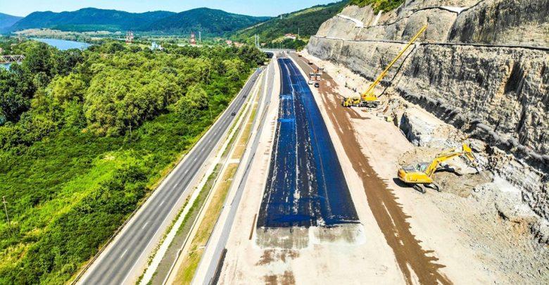 """Pe """"Dealul liliecilor"""", cea mai dificilă porţiune a Lotului 4, s-a ajuns la faza turnării primelor straturi de asfalt"""