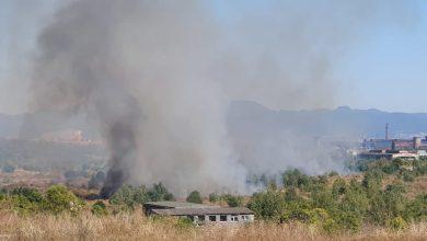 """Photo of Incendiu de proporţii în zona fostului combinat siderurgic. Fumul degajat a făcut aerul irespirabil în Hunedoara. Primarul oraşului: """"A fost o acţiune intenţionată""""."""