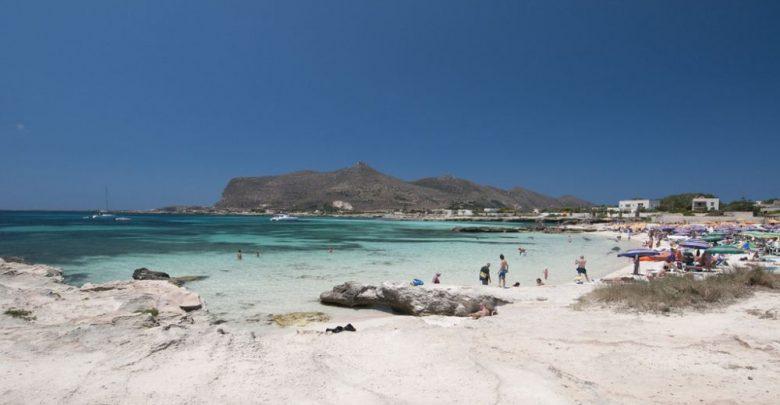 De departe, plaja şi apa din zona Lido Burrone (de pe insula Favignana) arată foarte bine. De aproape... situaţia se poate schimba radical